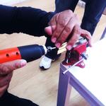 Un alumno realiza la práctica con ganzúa eléctrica en el curso de cerrajería