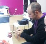 Dos alumnos realizan la práctica de ganzuado manual de bombines en el curso de cerrajería