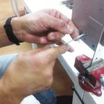 Un alumno realiza un ganzuado manual de una cerradura de borjas o gorjas en el curso de cerrajería