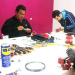 Alumnos trabajando con diversos tipos de ganzúas en el curso de cerrajeros de urgencia o curso de cerrajería